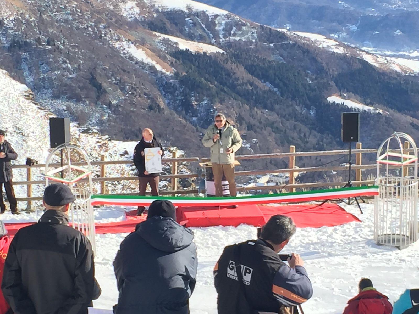 Il sindaco Cavicchioli al microfono all'inaugurazione della cestovia del Camino