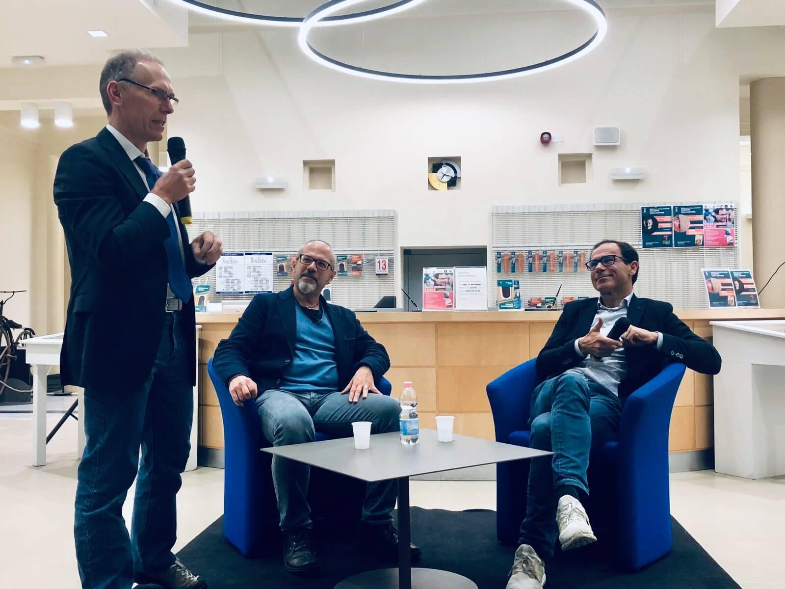 L'ex professionista biellese Gianni Zola e Davide Cassani scambiano aneddoti all'incontro in biblioteca