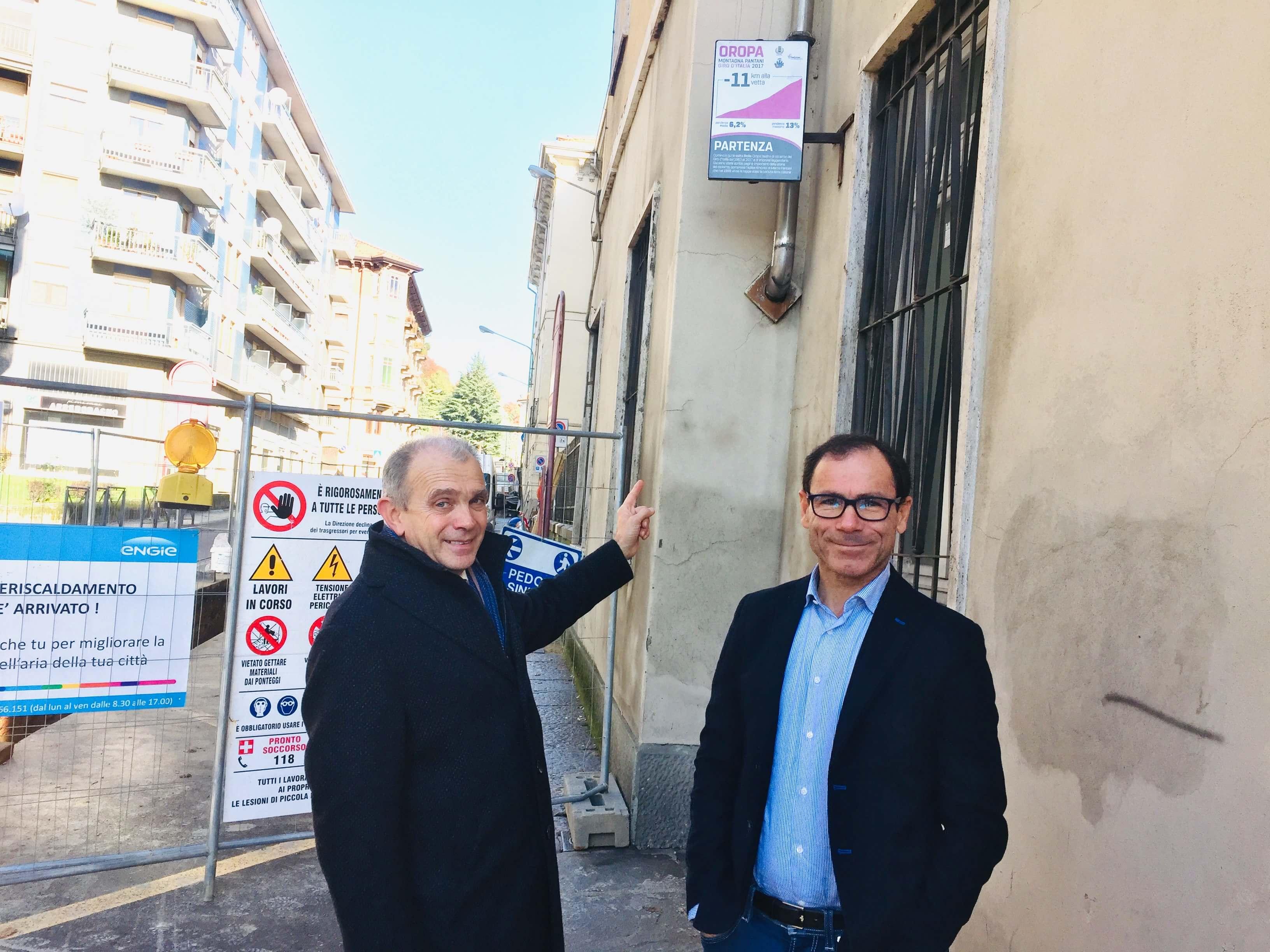 Sergio Leone e Davide Cassani davanti alla palina del chilometro zero