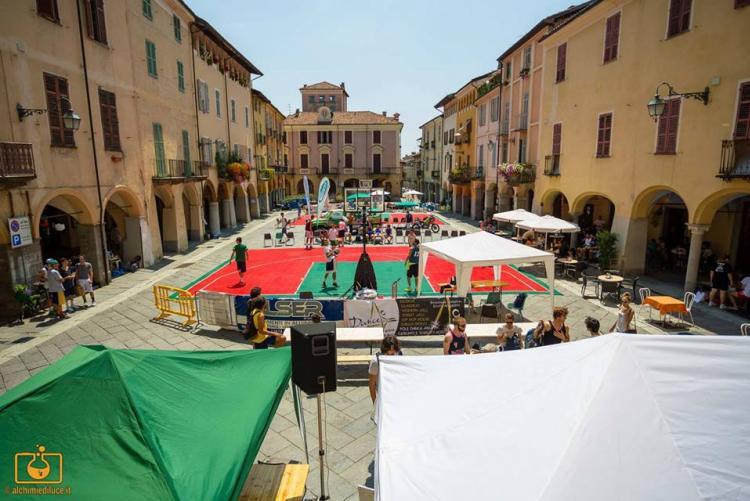 Playground e canestri in piazza Cisterna (foto: Facebook/3vs3 Memorial Jimenez)
