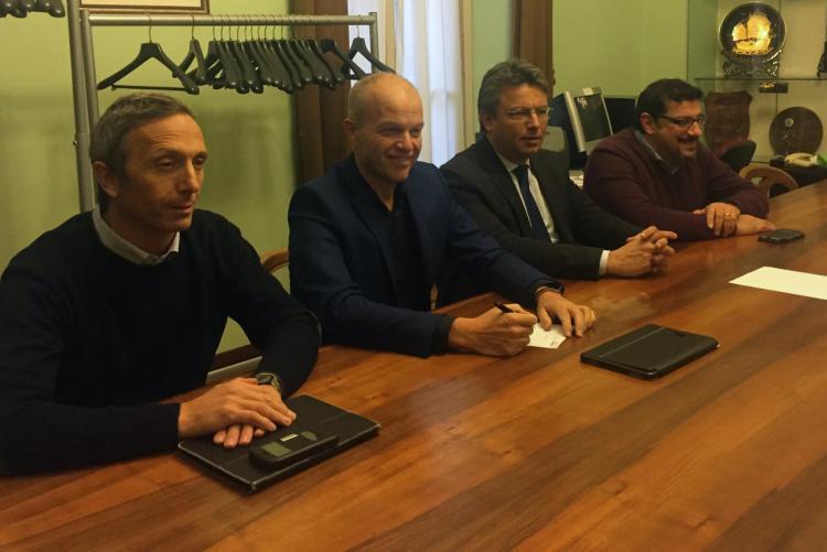 Mario de Nile e Paolo Maggia (vicesindaco e sindaco di Gaglianico) con Marco Cavicchioli e Stefano La Malfa
