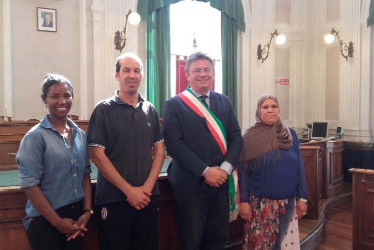I tre neo cittadini italiani con il sindaco