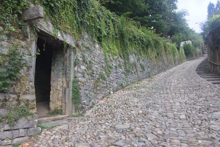 L'ingresso ai giardini di palazzo Ferrero da costa San Sebastiano