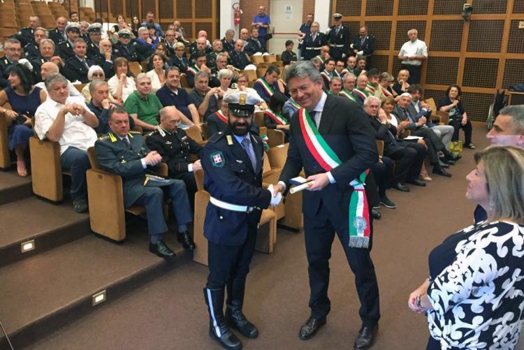 La premiazione dell'agente Alessio Santi con il sindaco Cavicchioli