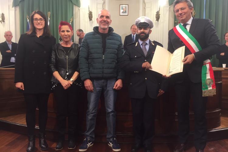Alessio Santi con i familiari e il sindaco alla cerimonia di iscrizione le''lalbo d'onore della città