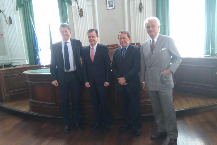 Il sindaco Marco Cavicchioli con l'ambasciatore australiano Greg French, il vicesindaco Diego Presa e Fabrizio Servente di Woolmark Italia