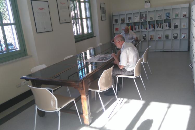 Il nuovo tavolo della sala lettura giornali