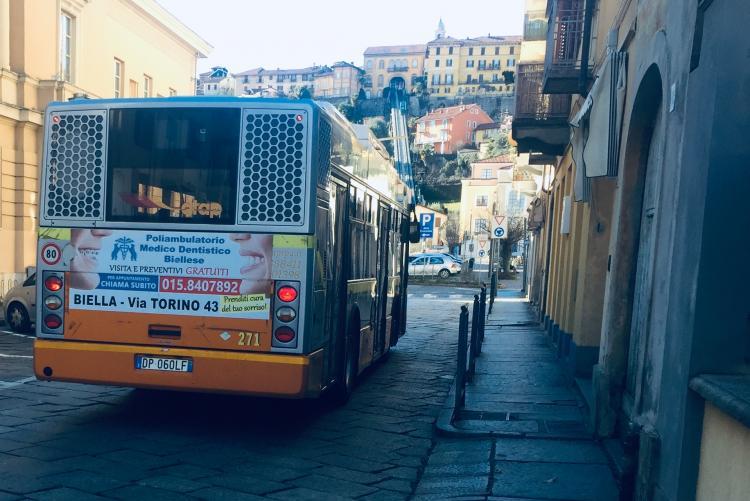 Un bus della linea 900 in pieno centro
