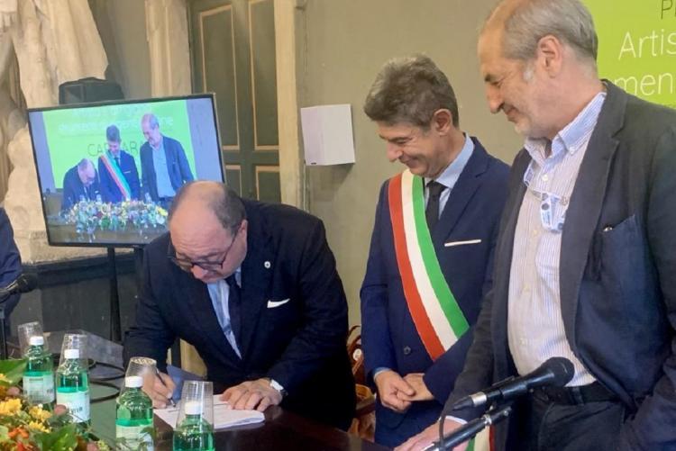 Il sindaco Claudio Corradino firma la Dichiarazione di Carrara
