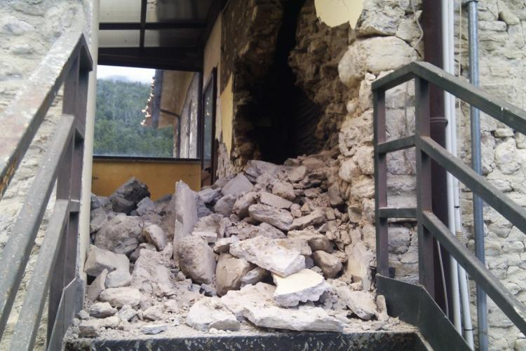Il crollo alla casa di riposo di Castelsantangelo sul Nera (foto: www.cronachemaceratesi.it)