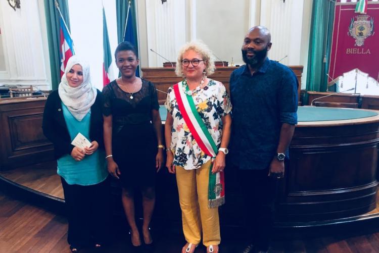 I tre neo cittadini italiani con l'assessore Fulvia Zago