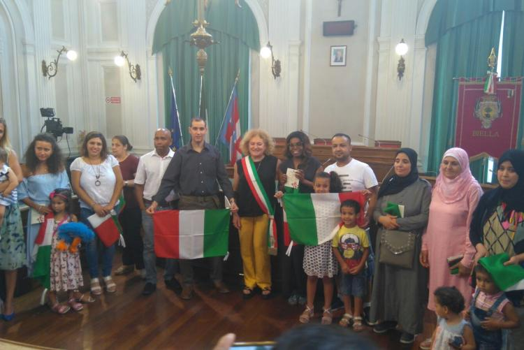 Il gruppo dei nuovi cittadini italiani dopo il giuramento del 12 luglio