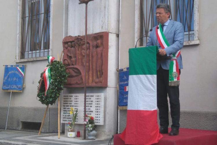 Il sindaco Marco Cavicchioli durante il suo intervento alla commemorazione dell'eccidio di piazza Martiri nel 2017