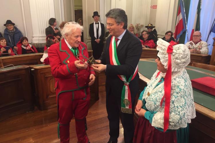 Il sindaco Marco Cavicchioli consegna le chiavi della città al Gipin nella cerimonia di apertura del Carnevale 2018