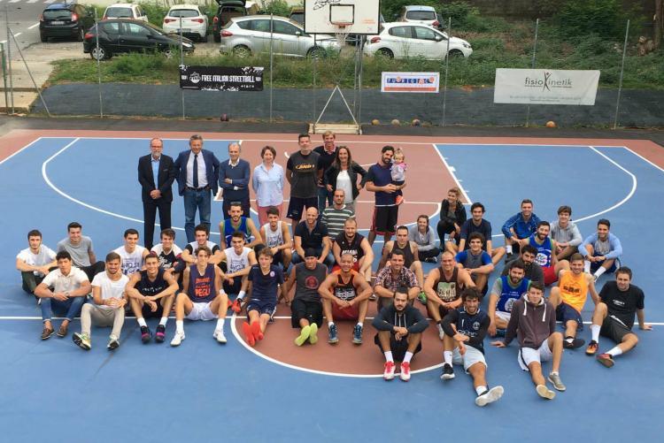 Foto di gruppo con sindaco e assessori per i partecipanti al torneo di sabato 24 a Cossila San Grato