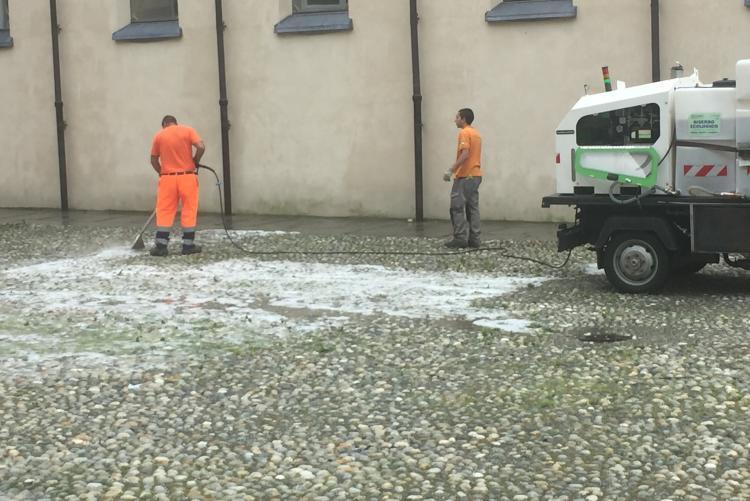 Il trattamento con il diserbante ecologico in piazza Monsignor Rossi