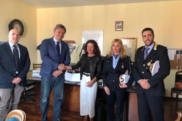 Il sindaco Cavicchioli alla firma del protocollo d'intesa con il procuratore capo Camelio e i vertici della polizia municipale Migliorini e Portogallo e l'agente scelto Eleonora Biella