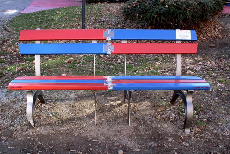 La nuova versione della panchina rossa dei giardini Zumaglini