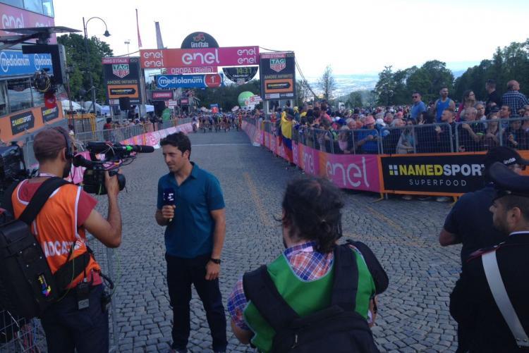 L'ex professionista spagnolo Juan Antonio Flecha sul traguardo di Oropa mentre registra il commento per Eurosport