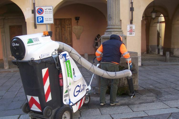 La macchina aspiratrice in azione al Piazzo