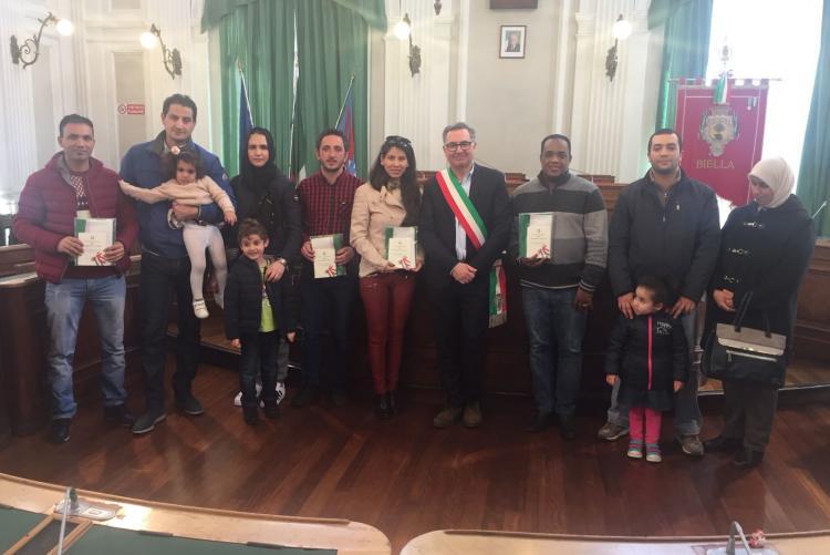 Il gruppo dei neo-cittadini italiani con i familiari