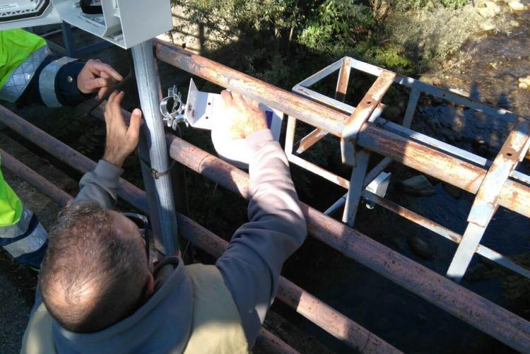 L'installazione dell'idrometro sull'Oremo in via Ivrea