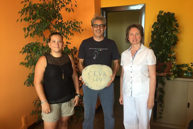 Mara Garelli (a sinistra), assessore alla cultura di Ceva, con Valeria Varnero e il funzionario dell'ufficio parchi e giardini Antonio Pusceddu