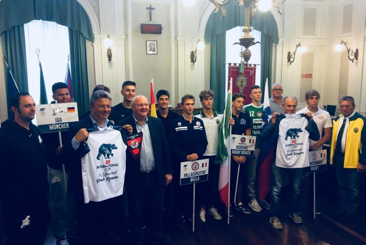 Foto di gruppo per le rappresentative della Bonprix International Cup