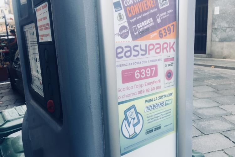 Un parcometro in città con le indicazioni dei tre metodi di pagamento digitale