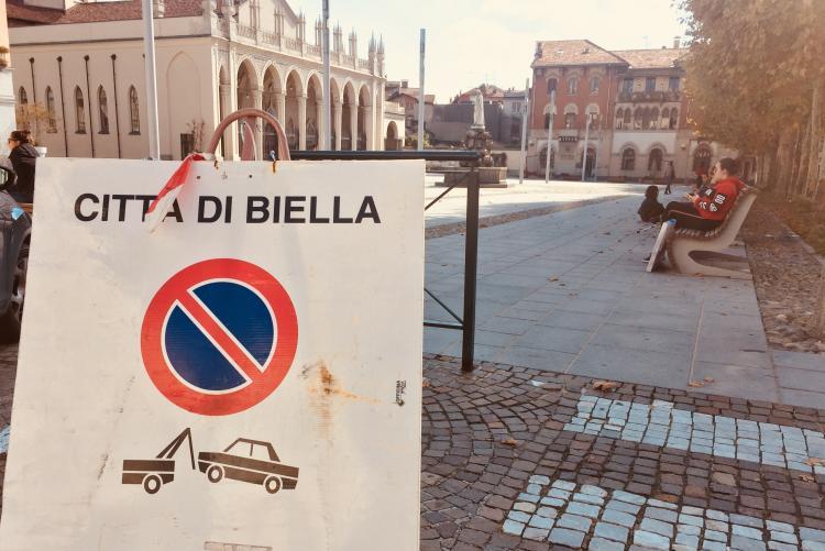 I cartelli dei divieti di sosta temporanei in piazza Duomo
