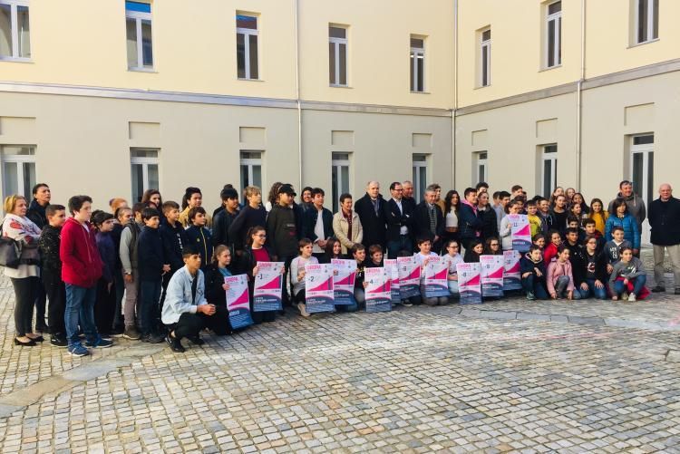 La foto di gruppo con Davide Cassani e gli studenti di Iis Bona e media San Francesco
