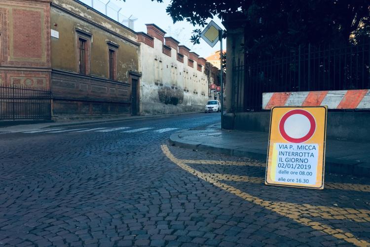 I cartelli annunciano la chiusura in via Pietro Micca