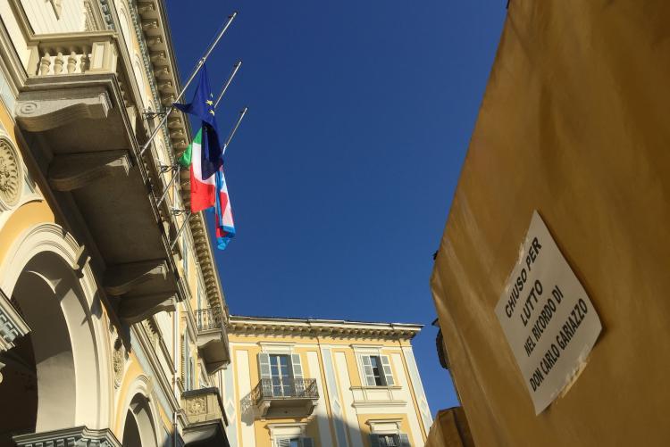 Le bandiere a mezz'asta per la scomparsa di don Gariazzo