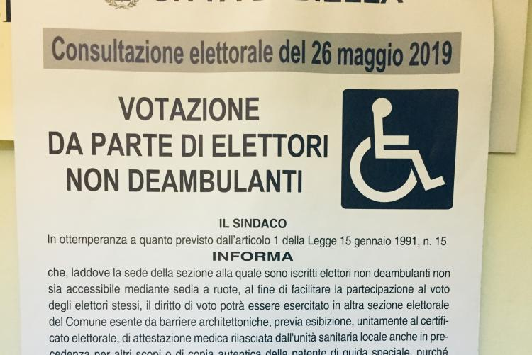 Il manifesto con le modalità di voto per gli elettori in sedia a rotelle
