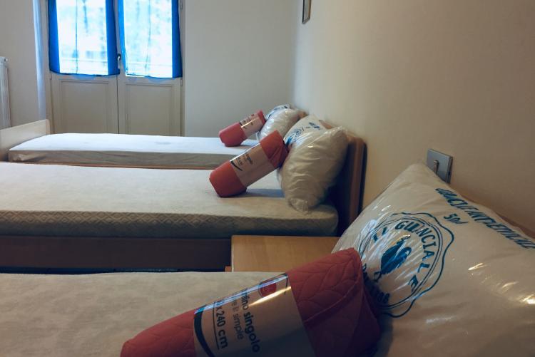La camera da letto dell'alloggio di via Cerrione
