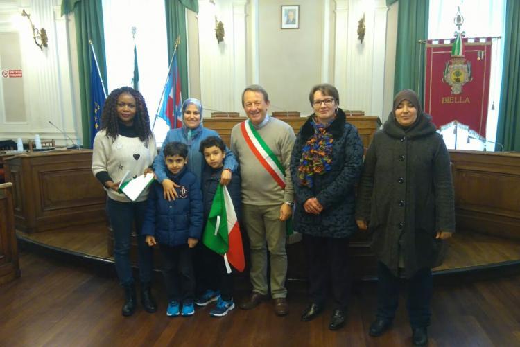 Foto di gruppo per le neo-cittadine italiane con il vicesindaco Diego Presa