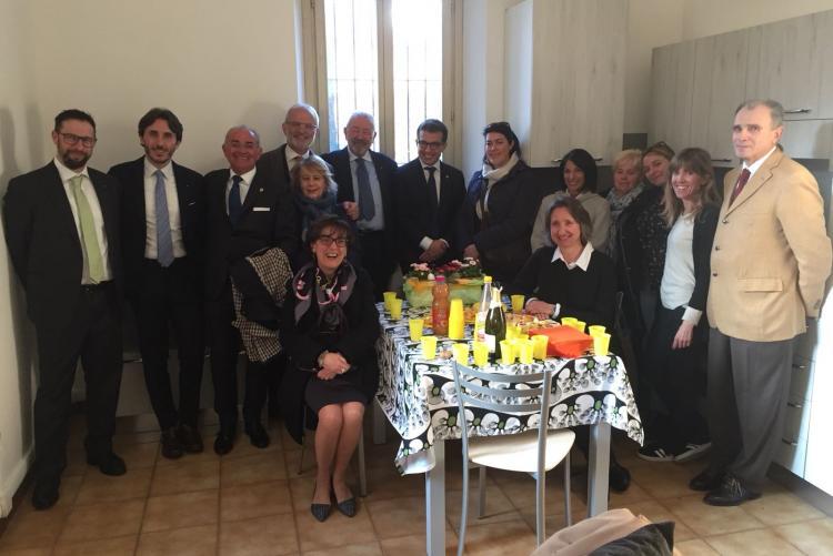 Foto di gruppo con gli assessori e i rappresentanti del Lions Club nell'alloggio di via Campagné