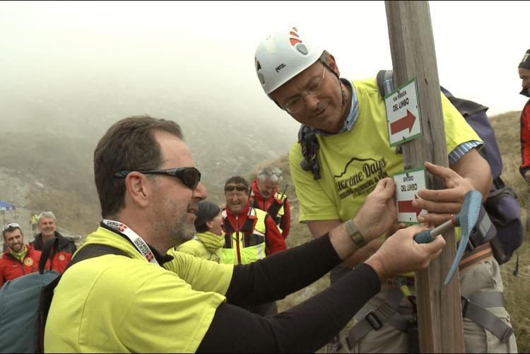Il consigliere delegato alla montagna Bresciani e il sindaco Cavicchioli all'inaugurazione del sentiero del Limbo ai Mucrone Days 2015 (foto Alberto Peraldo)