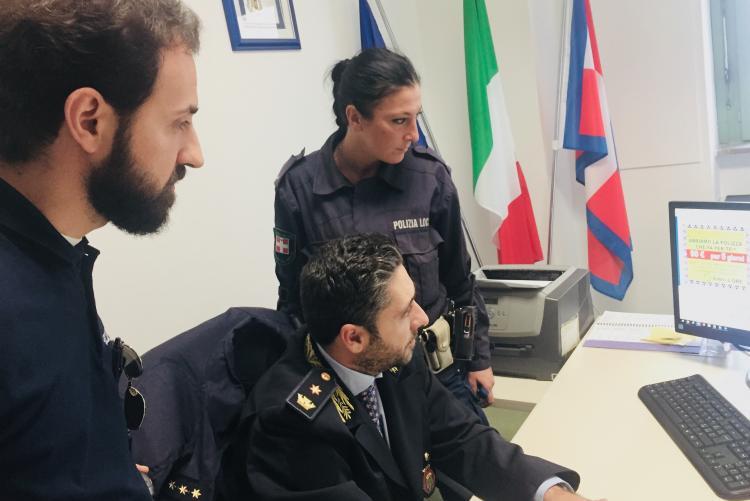 Il vicecomandante Marcello Portogallo e due agenti mostrano una schermata del sito-truffa