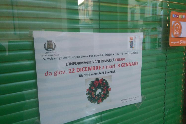 L'avviso di chiusura all'ingresso di Informagiovani