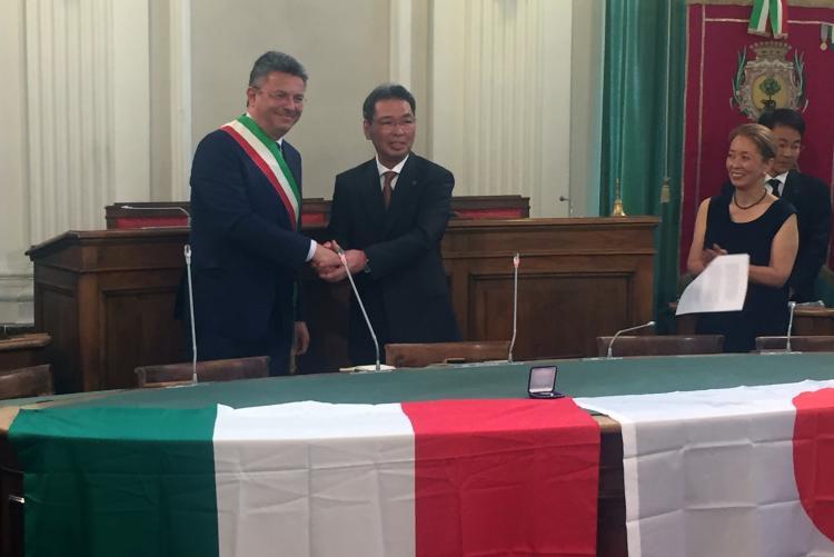 La stretta di mano tra Marco Cavicchioli e il sindaco di Kiryu Toyofumi Kameyama