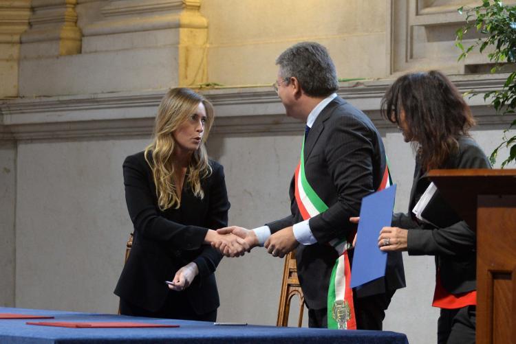 La stretta di mano tra il sottosegretario Boschi e il sindaco Cavicchioli (foto Marco Ortogni - New Eden Group)