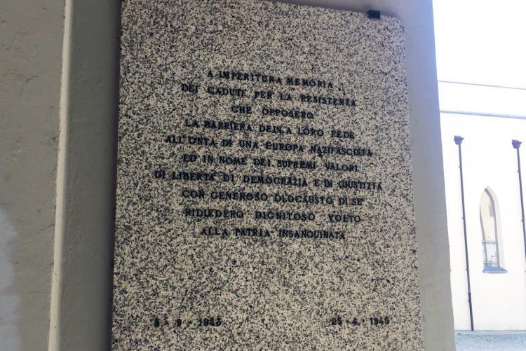 Una delle lapidi in memoria dei partigiani sotto i portici di palazzo Oropa