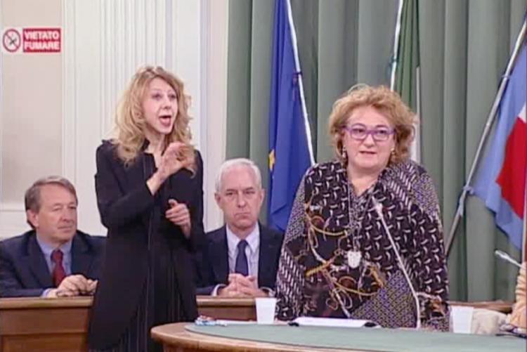 L'assessora Fulvia Zago con l'interprete durante il dibattito in consiglio comunale