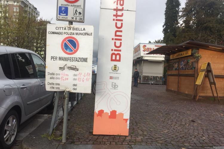 Un cartello di divieto di sosta temporaneo in via La Marmora