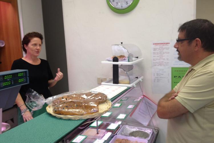 L'assessore Stefano La Malfa con la titolare del mini-supermarket di Cossila San Grato