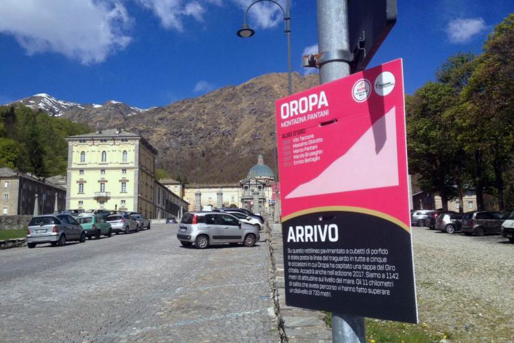Il cartello che contrassegna la linea d'arrivo della tappa a Oropa