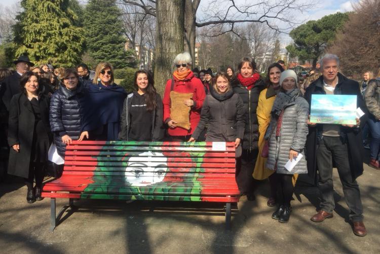 L'inaugurazione della panchina rossa dei giardini Arequipa