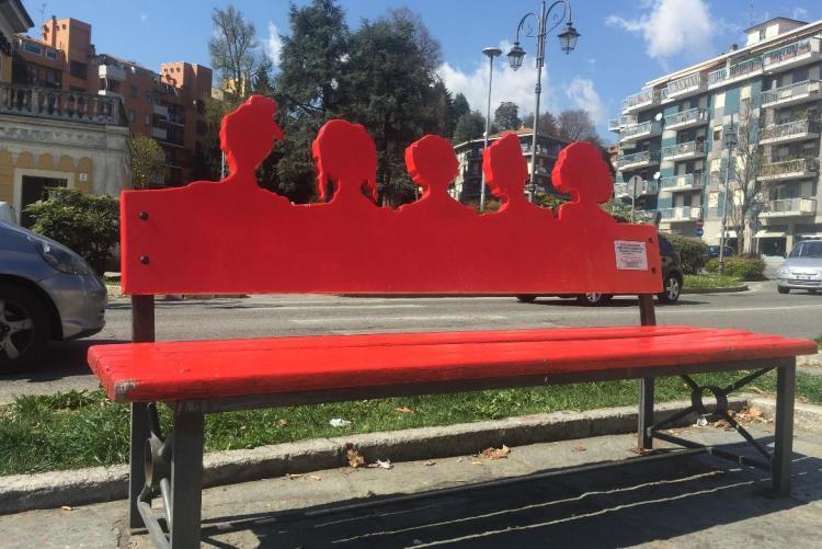 La panchina rossa di piazza Martiri, uno dei simboli contro la violenza sulle donne