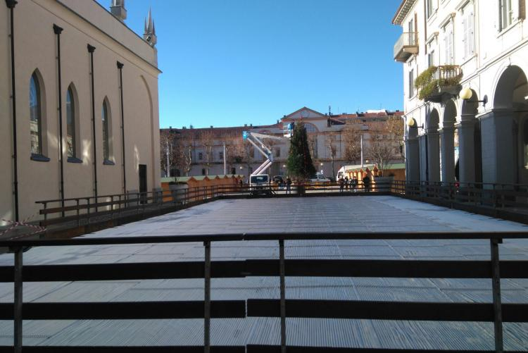 La pista di pattinaggio in allestimento e, sullo sfondo, piazza Duomo